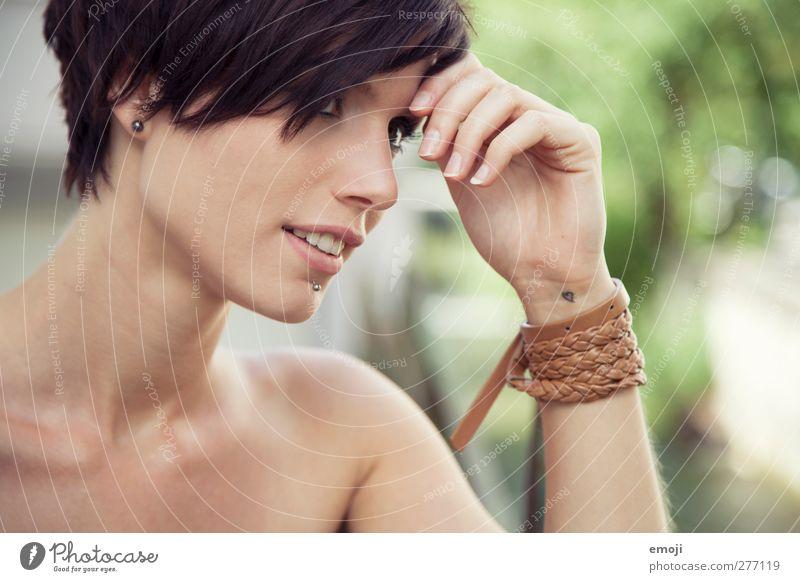 <3 feminin Junge Frau Jugendliche Kopf Gesicht 1 Mensch 18-30 Jahre Erwachsene brünett kurzhaarig trendy schön Farbfoto Außenaufnahme Tag Schwache Tiefenschärfe