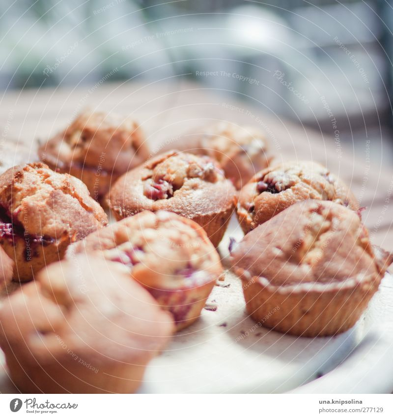 ...und aus der form lösen. fertig! Lebensmittel frisch Ernährung Süßwaren lecker Kuchen Teller Backwaren Dessert Teigwaren Muffin Kaffeetrinken