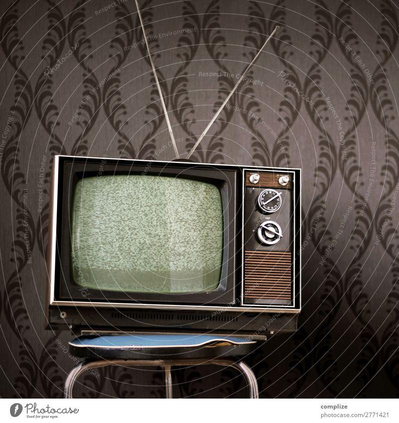 70er Jahre Fernseher vor Vintage Tapete alt Innenarchitektur Häusliches Leben Raum Technik & Technologie Telekommunikation Zukunft kaputt historisch Internet