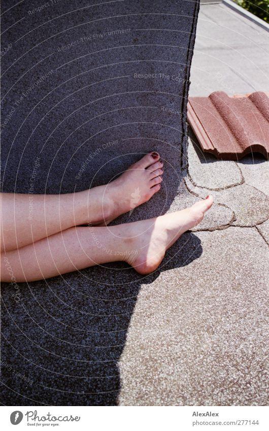 Analogkäse Dachziegel Schornstein feminin Beine Fuß 1 Mensch 18-30 Jahre Jugendliche Erwachsene liegen sitzen ästhetisch schön grau rot Gelassenheit Farbe