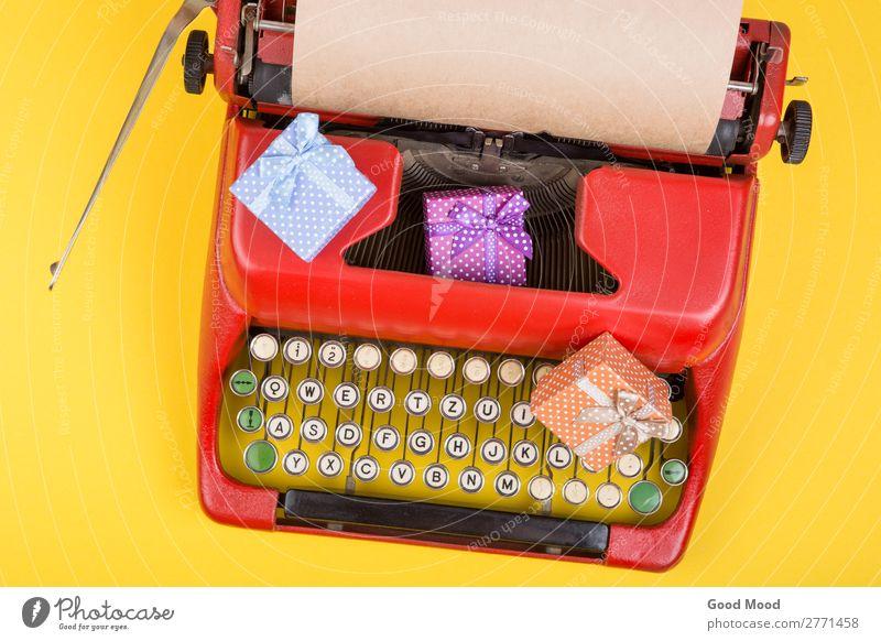 rote Schreibmaschine mit Papier, Geschenkboxen auf gelbem Hintergrund Feste & Feiern Erntedankfest Weihnachten & Advent Geburtstag Handwerk Business Seil