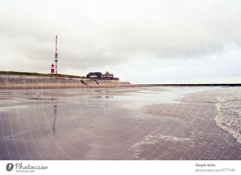 Borkum Sand Wasser Himmel Wolken schlechtes Wetter Regen Wellen Küste Strand Nordsee Ostsee Meer Menschenleer Haus Leuchtturm Bewegung Blick dunkel grau rot