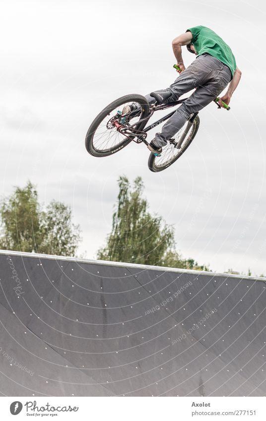 Do the trick Sport Sportler Fahrradfahren Halfpipe Mensch maskulin Jugendliche Körper 1 Wolken schlechtes Wetter Bewegung fliegen springen sportlich grau