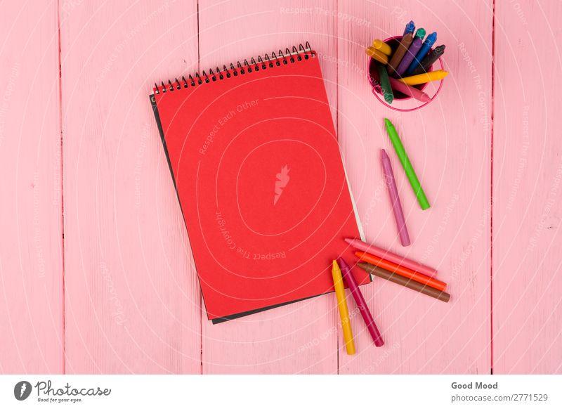 Leerer roter Notizblock und Buntstifte auf rosa Holztischchen Design Schreibtisch Tisch Schule Büro Business Kindheit Kunst Krawatte Papier Schreibstift