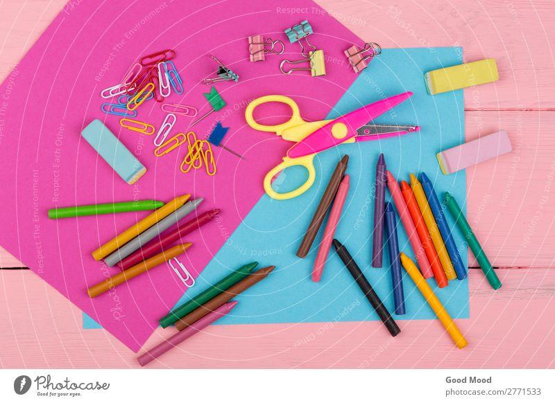 Marker, Buntstifte, rosa und blaues Papier, Schere, Radiergummi Freude Tisch Schule Kindheit Menschengruppe Kunst Urelemente Accessoire Krawatte Holz oben Farbe