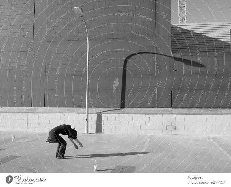Verbeugung Tanzen feminin Junge Frau Jugendliche 1 Mensch 18-30 Jahre Erwachsene Stadt Parkhaus Laterne Laternenpfahl Beton einfach weich grau schwarz