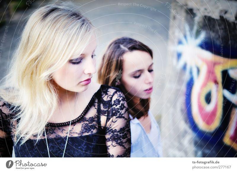 Die Physikerinnen Mensch feminin Junge Frau Jugendliche Erwachsene 2 18-30 Jahre Gefühle schön Langeweile blond Farbfoto Außenaufnahme Tag Porträt Oberkörper