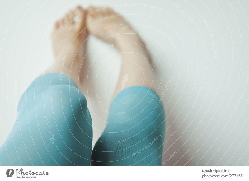 beinkleid Mensch Frau Jugendliche schön Erwachsene Erholung feminin Junge Frau Bewegung Beine Mode Fuß liegen 18-30 Jahre natürlich frisch
