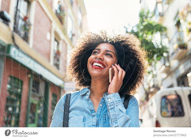 Schöne afroamerikanische Frau, die ihr Handy auf der Straße benutzt. schwarz Afrikanisch Afro-Look Mensch Porträt PDA Jugendliche Mobile Telefon sprechen