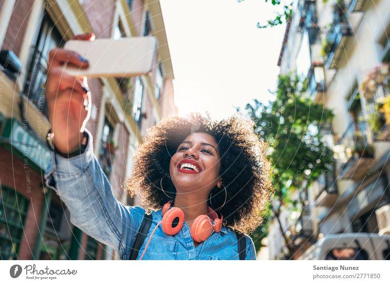 Selbstporträt einer schönen jungen afroamerikanischen Frau. schwarz Afrikanisch Afro-Look Mensch Porträt Zeichen Frieden Großstadt Jugendliche PDA Mobile