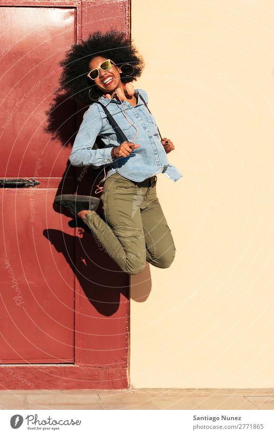 Porträt einer schönen afroamerikanischen Frau beim Springen. schwarz Afrikanisch Afro-Look Mensch Großstadt springen Jugendliche Mädchen Amerikaner urwüchsig