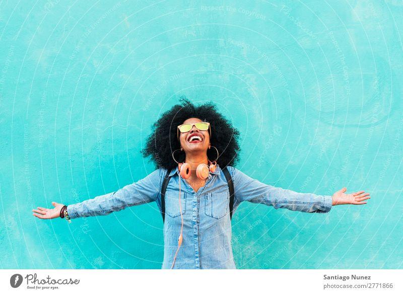 Porträt einer schönen afroamerikanischen Frau, die Spaß hat. schwarz Afrikanisch Afro-Look Mensch Großstadt Jugendliche Mädchen Amerikaner urwüchsig Behaarung