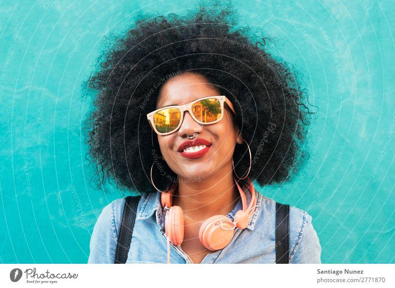 Porträt einer schönen afroamerikanischen Frau. schwarz Afrikanisch Afro-Look Mensch Großstadt Jugendliche Mädchen Amerikaner urwüchsig Behaarung Lächeln Glück