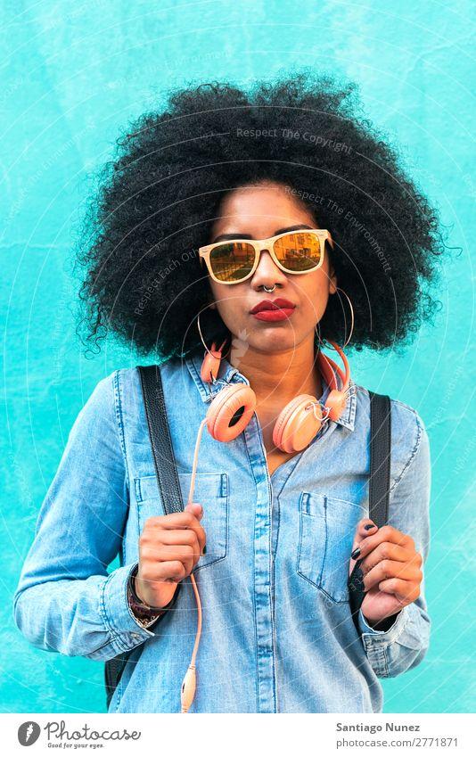Porträt einer schönen afroamerikanischen Frau. schwarz Afrikanisch Afro-Look Mensch Großstadt Jugendliche Mädchen Amerikaner urwüchsig Behaarung ernst natürlich
