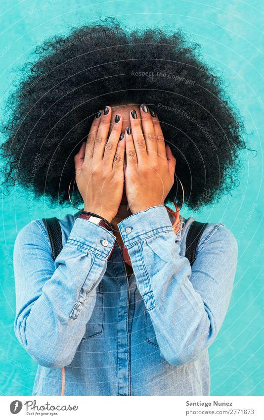 Porträt einer schönen Afrofrau, die ihr Gesicht bedeckt. Frau schwarz Afrikanisch Afro-Look deckend lockig Hand Nagellack Mensch Großstadt Jugendliche Mädchen