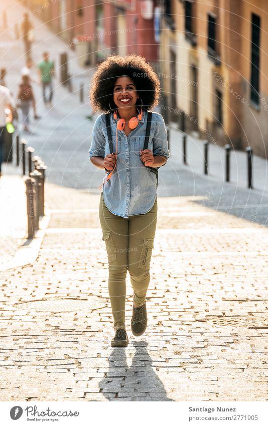 Schöne afroamerikanische Frau beim Gehen. schwarz Afrikanisch Afro-Look Mensch Porträt Großstadt Jugendliche Mädchen Amerikaner urwüchsig Behaarung Lächeln
