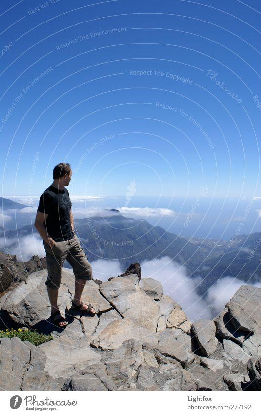 Hoch hinaus und dem Himmel so nah... Mensch Himmel Natur Mann Jugendliche Sommer Wolken Erwachsene Landschaft Umwelt Berge u. Gebirge Erde Junger Mann Luft Horizont Felsen