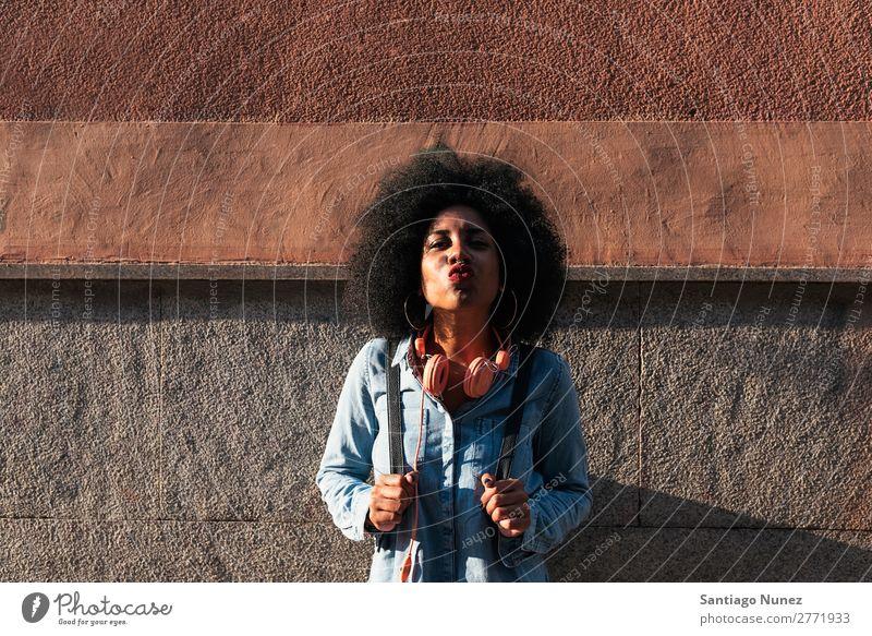 Schöne afroamerikanische Frau, die sich küsst, wirft die Kamera. schwarz Afrikanisch Afro-Look Mensch Porträt Küssen Lippen Großstadt Jugendliche Mädchen