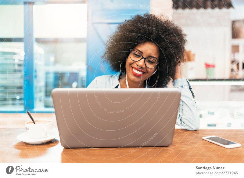 Schöne afroamerikanische Frau mit Handy und Laptop im Café. Kommunikationskonzept. schwarz Afrikanisch Afro-Look Business Kaffee Geschäftsfrau Jugendliche