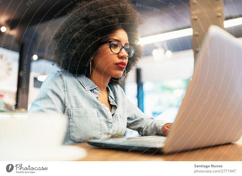 Schöne afroamerikanische Frau mit Handy und Laptop im Café. schwarz Afrikanisch Afro-Look Business Kaffee Geschäftsfrau Jugendliche Notebook Computer Mobile