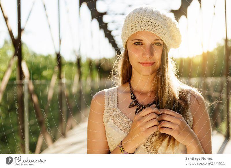 Nahaufnahme eines Mädchens. Porträt Frau Behaarung Frühling schön natürlich Winter Herbst Hintergrundbild Beautyfotografie Erwachsene hübsch Freude Lächeln
