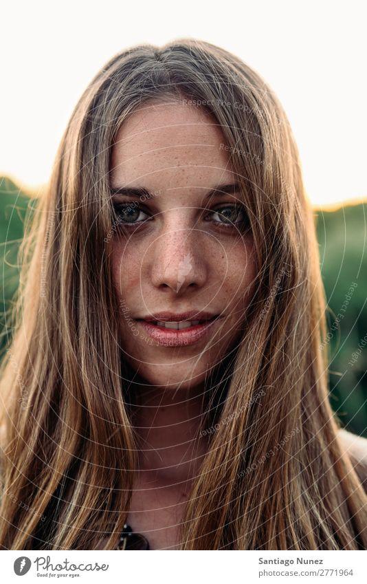 Nahaufnahme-Porträt eines Mädchens Frau Behaarung Frühling schön natürlich Winter Herbst Hintergrund Schönheit Erwachsener hübsch Spaß Lächeln Menschen Natur