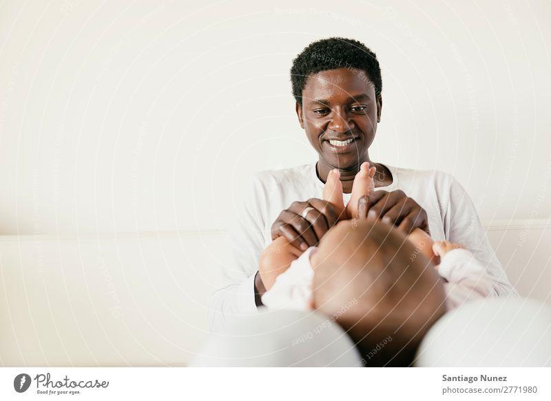 Glücklicher Vater und Baby Viel Spaß. Junge Kind Mädchen Halt neugeboren multiethnisch Eltern schwarz Afrikanisch vielfältig Mensch Lächeln interrassisch