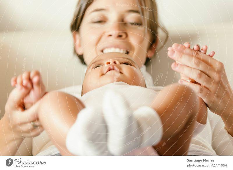 Porträt einer Mutter mit ihrem Baby zu Hause. Liebe Familie & Verwandtschaft Jugendliche schön Mutterschaft Kind Fürsorge Mensch Kaukasier weiß Gesundheit Bett