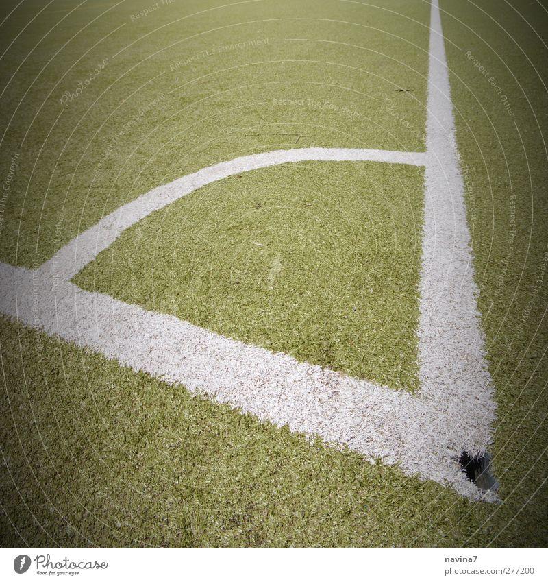 Das Loch in der Ecke weiß grün Sport Fußball Perspektive Eckstoß eckig Stadion Ballsport Sportstätten