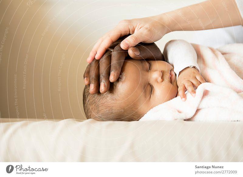 Glückliche Familie, Mutter und Vater Pflege Schlafende Babys Junge Kind Bett Mädchen lügen neugeboren Eltern Fürsorge Liebe schlafen Familie & Verwandtschaft