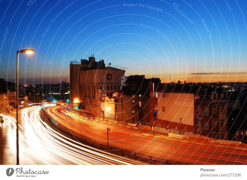 Feierabendverkehr Himmel Stadt Straße PKW Lampe Energiewirtschaft Verkehr Geschwindigkeit ästhetisch Technik & Technologie Skyline Stadtzentrum Abenddämmerung
