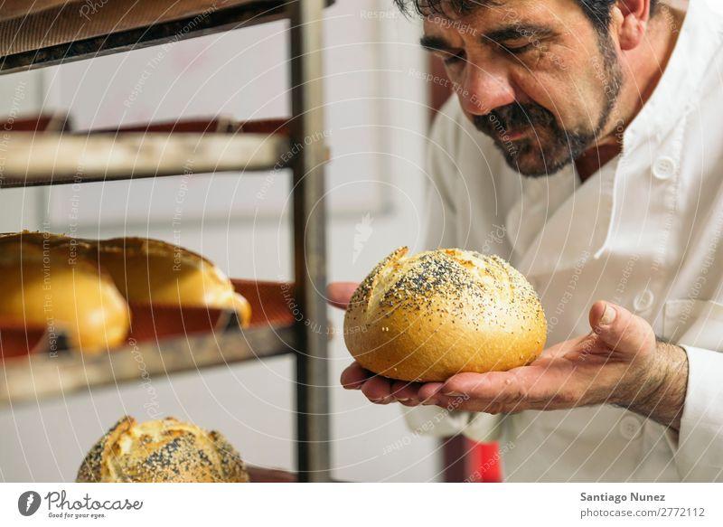 Bäcker kneten Teig in einer Bäckerei. Business Personal Catering Teigwaren Küche Essen zubereiten stehen Küchenchef Mann Lebensmittel Beruf Kneten vorbereitend