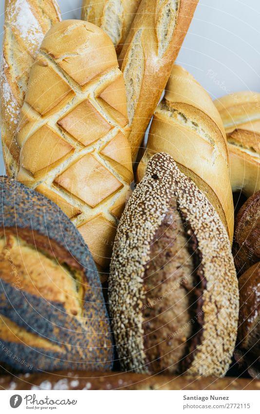 Viele gemischte Brote und Brötchen. frisch Lebensmittel weiß Bäckerei Hintergrundbild Frühstück Mahlzeit Getreide Mehl Brotlaib Samen ganz Weizen backen