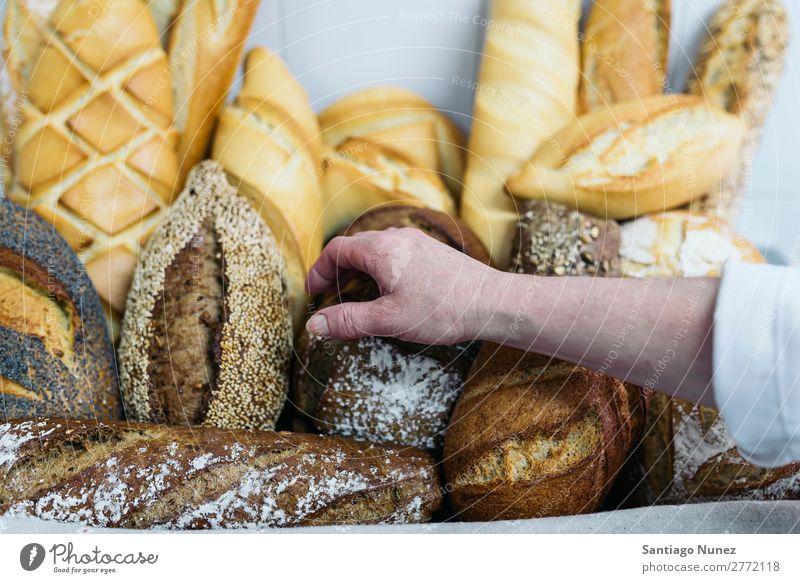 Viele gemischte Brote und Brötchen. frisch Lebensmittel weiß Hand nehmen Bäckerei Hintergrundbild Frühstück Mahlzeit Getreide Mehl Brotlaib Samen ganz Weizen