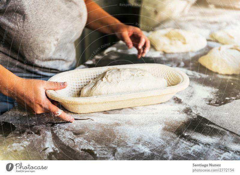 Bäcker bereitet Brot zu. Nahaufnahme der Hände, die den Teig kneten. Bäckerei Teigwaren Mehl Lebensmittel kochen & garen machen Hand Kneten Aufstrich Tisch
