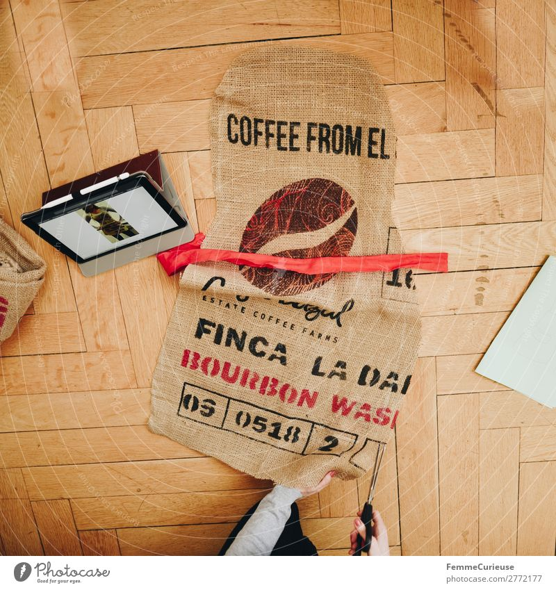 Upcycling - woman making garments from coffee sack Lifestyle feminin 1 Mensch nachhaltig Kaffeesack Sack Dielenboden ausschneiden Schneidern Nähen Schere