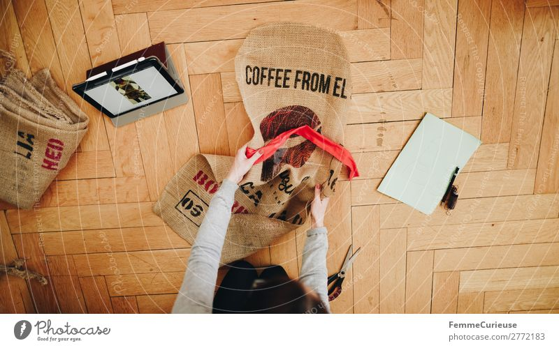 Upcycling - woman making garments from coffee sack Frau Mensch Jugendliche 18-30 Jahre Lifestyle Erwachsene feminin Bekleidung nachhaltig Tablet Computer