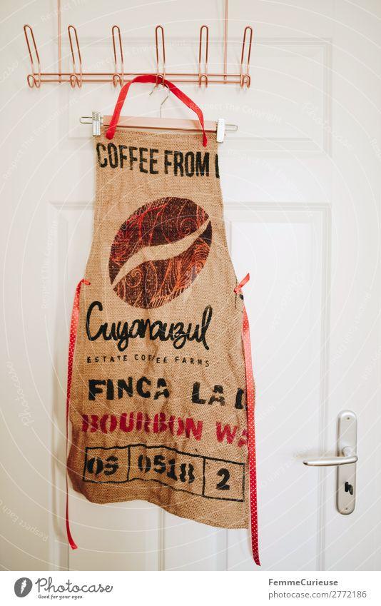 Upcycling - apron made from coffee sack Lifestyle nachhaltig Recycling Schürze Nähen Kleiderhaken Haken Tür Kleiderbügel Kaffee Kaffeesack Farbfoto