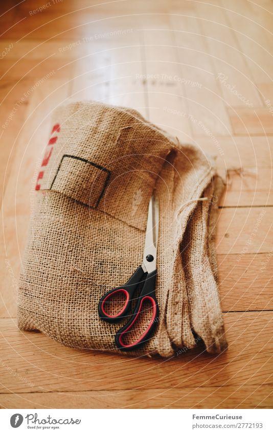 Upcycling - making garments from coffee sack Lifestyle nachhaltig Kaffeesack Schere zuschneiden Schneidern Nähen Dielenboden Farbfoto Innenaufnahme
