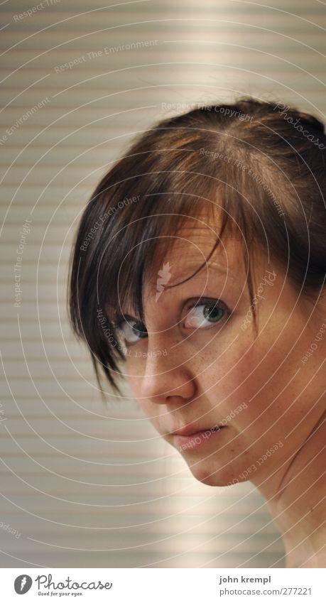 Katzenwäsche Bad feminin Junge Frau Jugendliche Gesicht 1 Mensch 18-30 Jahre Erwachsene beobachten Denken Blick schön Neugier niedlich Interesse Sorge