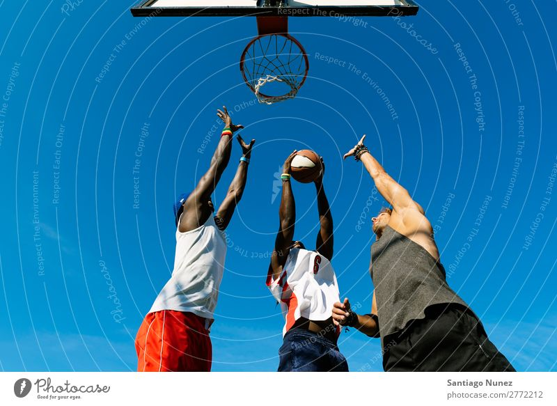 Freunde, die Basketball auf dem Platz spielen. Spielen Freundschaft Jugendliche Gerichtsgebäude Menschengruppe Ball Mann Team Sport Korb Außenaufnahme 3