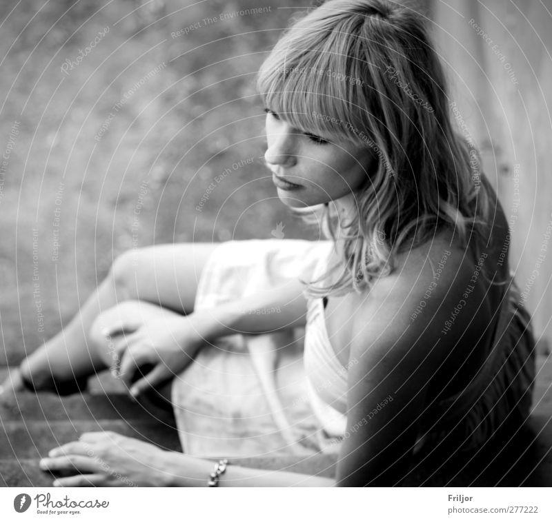 . feminin Junge Frau Jugendliche Erwachsene 1 Mensch 18-30 Jahre beobachten Blick sitzen träumen Traurigkeit warten Schwarzweißfoto Außenaufnahme Tag