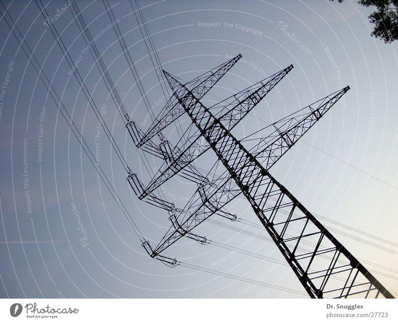 Um die Ecke geleitet Himmel Industrie Energiewirtschaft Elektrizität führen Strommast Leitung Hochspannungsleitung elektrisch Wörth am Rhein