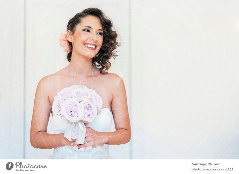 Die Braut probiert das Hochzeitskleid an. Kleid schön weiß Porträt Hochzeitstag (Jahrestag) Jungvermählter Reichtum Beautyfotografie hochzeitlich Frau Mädchen