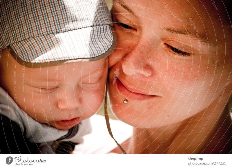 Mutterliebe Mensch Erwachsene Gesicht Liebe Glück Zusammensein Zufriedenheit Baby Vertrauen Zusammenhalt Lebensfreude Geborgenheit kuschlig Umarmen Fürsorge