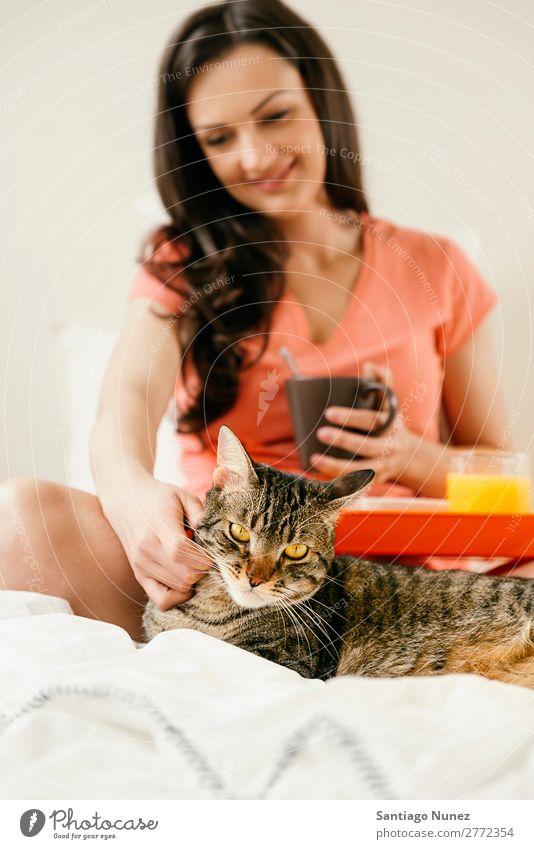 Glückliche Frau beim Frühstück in ihrem Schlafzimmer. Bett Kaffee Frucht Saft Orangensaft Croissant Ernährung Katze Haustier aussruhen Arbeit & Erwerbstätigkeit