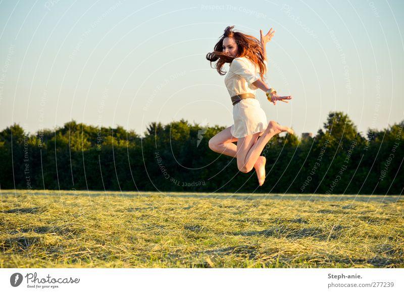 Akrobatik feminin Junge Frau Jugendliche Wolkenloser Himmel Sommer Schönes Wetter Baum Wiese Kleid Gürtel Barfuß brünett rothaarig genießen springen sportlich