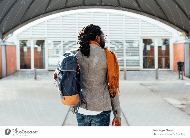 Geschäftsmann auf der Straße. Mann schwarz Afrikanisch Amerikaner Business Handy Jugendliche Telefon Glück Mobile Außenaufnahme PDA Büro Mensch modern elegant