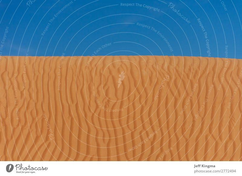 Sand Dune Designs mit blauem Himmel in der Wüste der VAE. schön Ferien & Urlaub & Reisen Sommer Strand Berge u. Gebirge Tapete Natur Hügel natürlich braun gelb