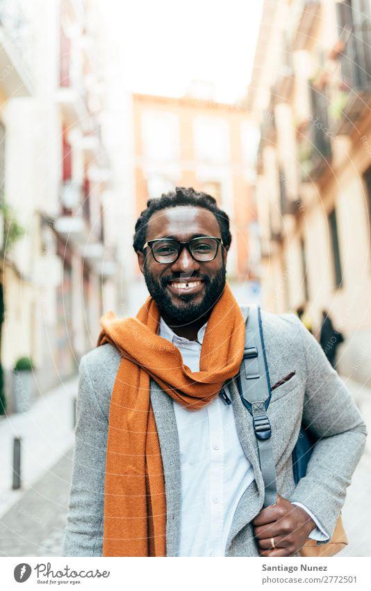 Geschäftsmann auf der Straße. Mann schwarz Afrikanisch Amerikaner Porträt Business Jugendliche Glück Mobile Außenaufnahme Büro Mensch Brillenträger modern